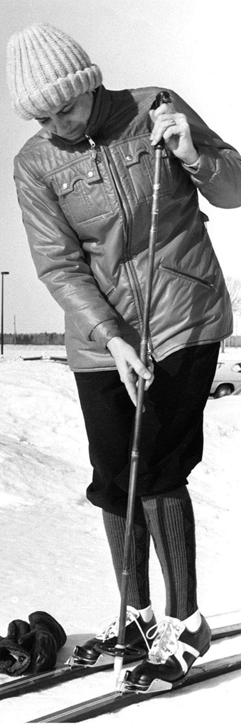 Une skieuse de fond se prépare pour une randonnée sur le terrain du Club de golf Saint-Hyacinthe vers la fin des années 1970. Coll. Centre d'histoire de Saint-Hyacinthe.