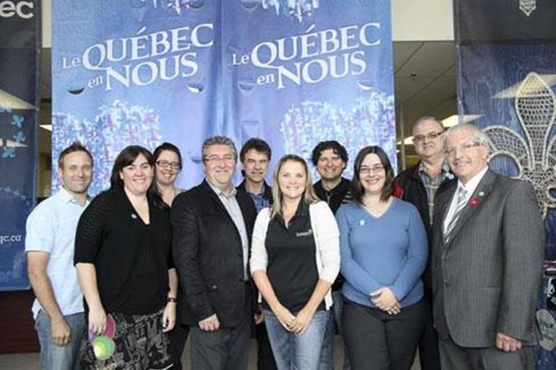 L'équipe du Comité organisateur de la Fête nationale du Québec de Saint-Hyacinthe avec les artistes Yvan Pion (au centre-arrière), Michèle Breton (2 e à partir de la droite à l'avant) et Rémy Bazinet (2 e à partir de la droite à l'arrière).