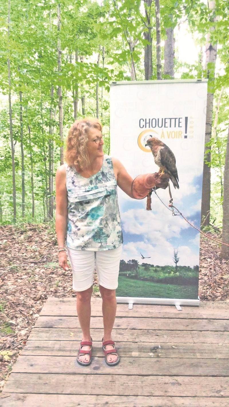 Aller faire un tour à Chouette à voir!, est une belle activité à mettre à votre programme durant les vacances estivales en famille. Parmi les activités qu'on peut faire sur place, il est possible de se faire photographier avec un oiseau de proie.