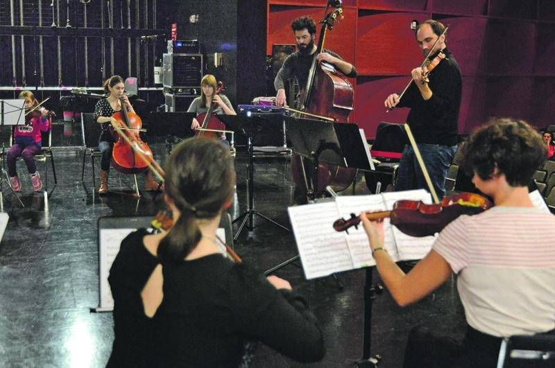Deux membres du groupe Collectif9 donnaient une classe de maître à plus d'une vingtaine de Maskoutains le 26 octobre. Photo François Larivière | Le Courrier ©