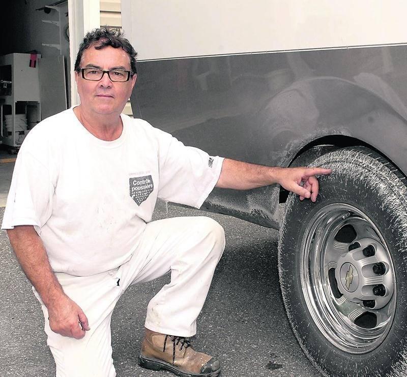 René Bousquet espère être dédommagé pour le nettoyage de son camion, taché par de la peinture de marquage au sol.  Photo Martin Grenier | Le Courrier ©