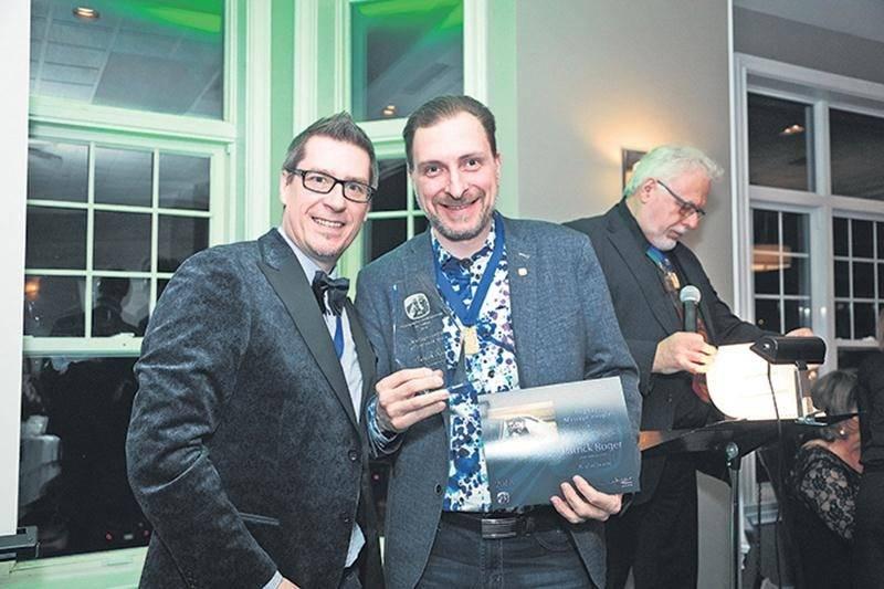 Sur la photo, on aperçoit Patrick Roger en compagnie du président de l'Association des photographes professionnels du Québec, Benoît Legault, après la remise de son trophée.