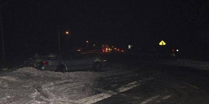 La chaussée glissante et le peu d'éclairage pourraient être des facteurs importants dans cette collision mortelle.
