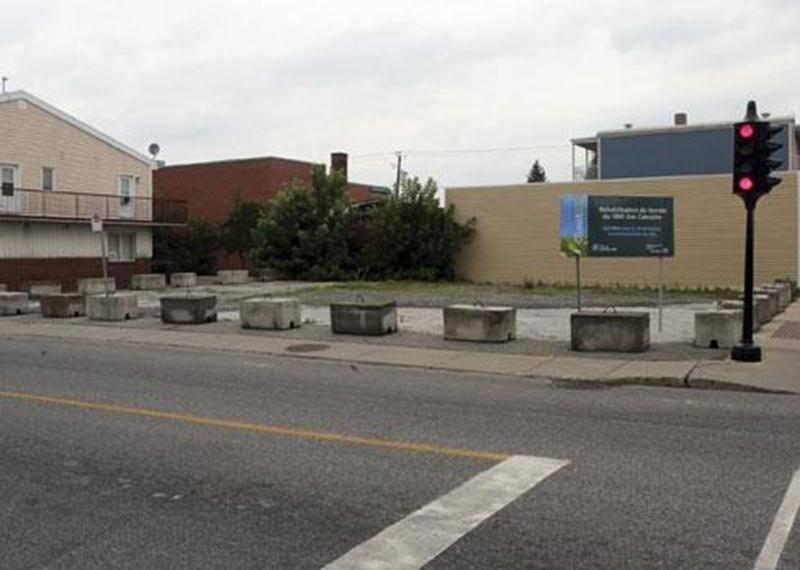 Le projet de réhabilitation environnementale du terrain vacant situé au 1090, rue Des Cascades vient d'être reporté à l'été 2014. La Ville a rejeté toutes les soumissions reçues puisqu'elles excédaient, et de loin, ses prévisions budgétaires pour les coûts de décontamination. Le plus bas soumissionnaire a proposé un contrat de 283 000 $ alors que les coûts de réhabilitation étaient évalués à 190 000 $ par EXP, la firme mandatée par la Ville pour l'estimé. Les deux autres soumissions se chiffraie