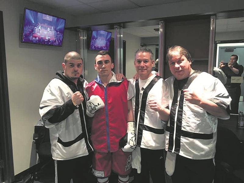 Michaël Gadbois, entouré des entraîneurs Martin Germain (à gauche), Alain St-Amand et Marc Seyer (à droite), avant son combat. Photo Courtoisie Facebook