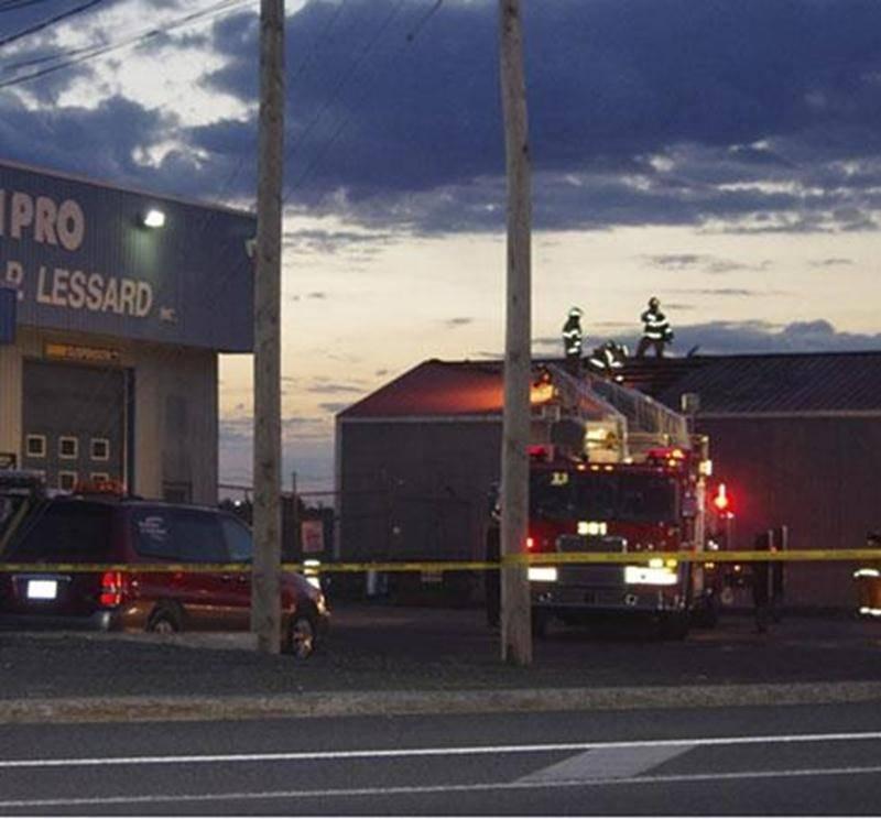 Une défaillance mécanique serait à l'origine d'un incendie survenu tôt, lundi matin, dans un garage adjacent à la succursale Unipro du boulevard Laframboise, dans le quartier Saint-Thomas-d'Aquin. Un véhicule se trouvant dans l'entrepôt aurait pris feu, selon le Service des communications de Saint-Hyacinthe. De l'équipement a été endommagé. La structure du bâtiment a été quelque peu touchée, mais ne serait pas une perte totale. Les dommages sont tout de même évalués à plus de 250000$. Une ving