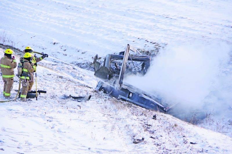 Un camion transportant du propane a pris feu à la suite d'une sortie de route, nécessitant l'intervention des pompiers de Saint-Hyacinthe.   Photo Dominique St-Pierre ©