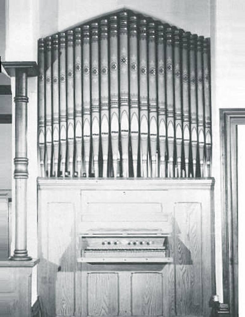 L'orgue Opus 9 de Casavant Frères, alors qu'il se trouvait encore dans l'ancienne église anglicane Saint Saviour, de Lacolle. Photo Ministère de la Culture et des Communications