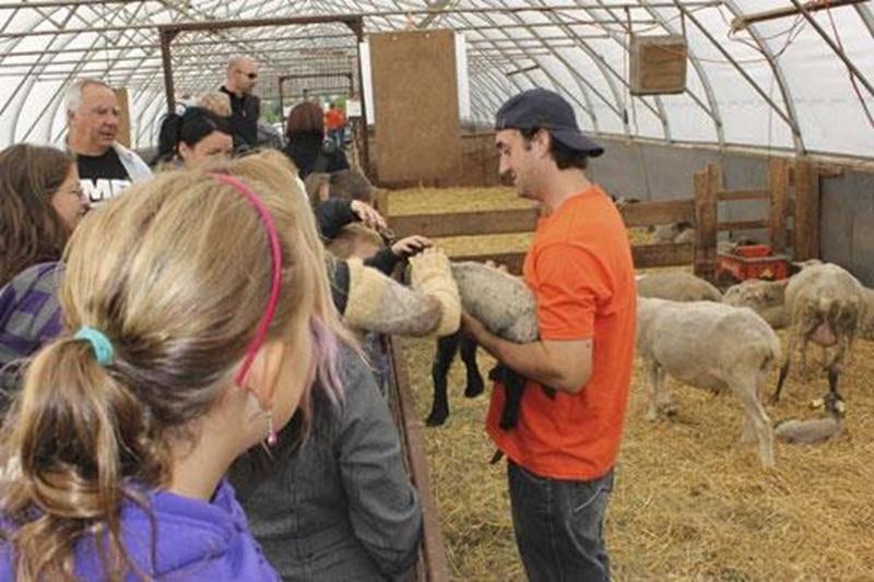 Sur la photo, on aperçoit Dominic Châtelain, de la ferme Les Trouvailles gourmandes du Canton, à Roxton Falls.