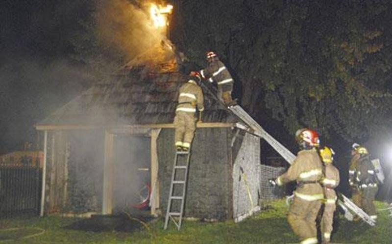 Un incendie a lourdement endommagé le charnier du cimetière de Saint-Hugues dans la nuit du 3 au 4 octobre. Une vingtaine de pompiers de Saint-Hugues ont combattu le brasier durant près de deux heures. Beaucoup de fumée s'échappait de la bâtisse à l'arrivée des sapeurs, les flammes ayant investi tout l'intérieur en plus de toucher durement le toit. Ce petit bâtiment servait davantage de remise, la mission première du charnier ayant été abandonnée au fil du temps. Un problème électrique serait en