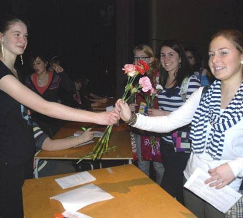 À l'occasion de la Saint-Valentin, un gigantesque échange de fleurs s'est déroulé entre six écoles secondaires de Saint-Hyacinthe. Sous la coordination du service de pastorale et d'engagement communautaire du Collège Saint-Maurice, 5 617 oeillets ont été livrés au Collège Antoine-Girouard, à l'École secondaire Saint-Joseph, à la polyvalente Hyacinthe-Delorme et aux écoles Fadette et Casavant par l'équipe Égalimonde du CSM. En plus du bonheur distribué, les profits générés par cette campagne serv