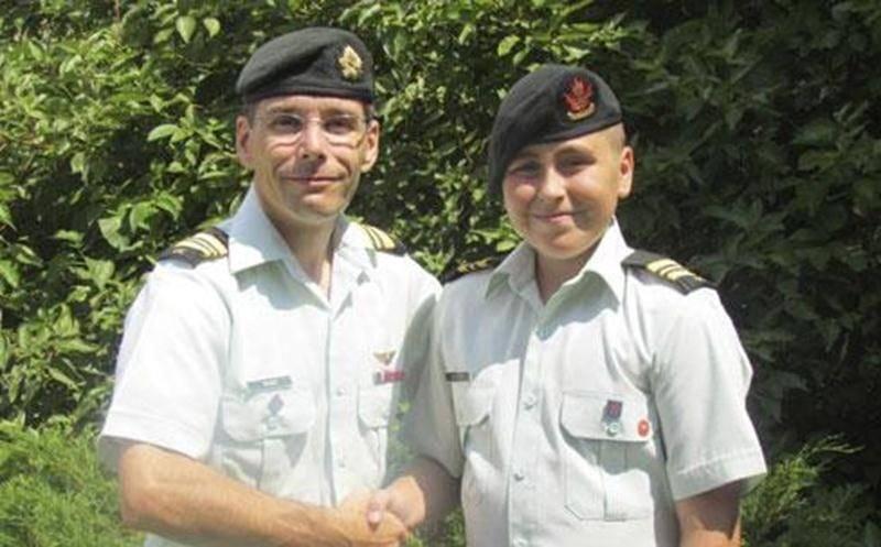 Le cadet commandant d'un jour Raphaël Rodier lors de la remise de grade accompagné du commandant de la Compagnie A, le major Yves McGee CD.