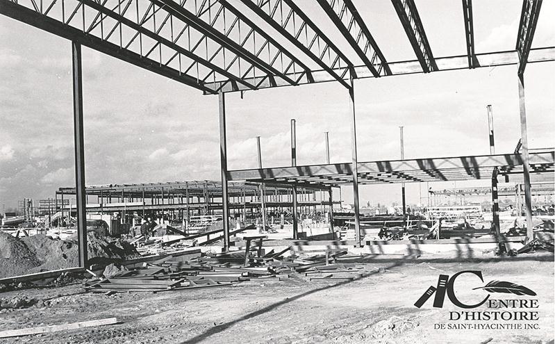 Construction de la Polyvalente Hyacinthe-Delorme en 1971. Centre d'histoire de Saint-Hyacinthe, CH380.
