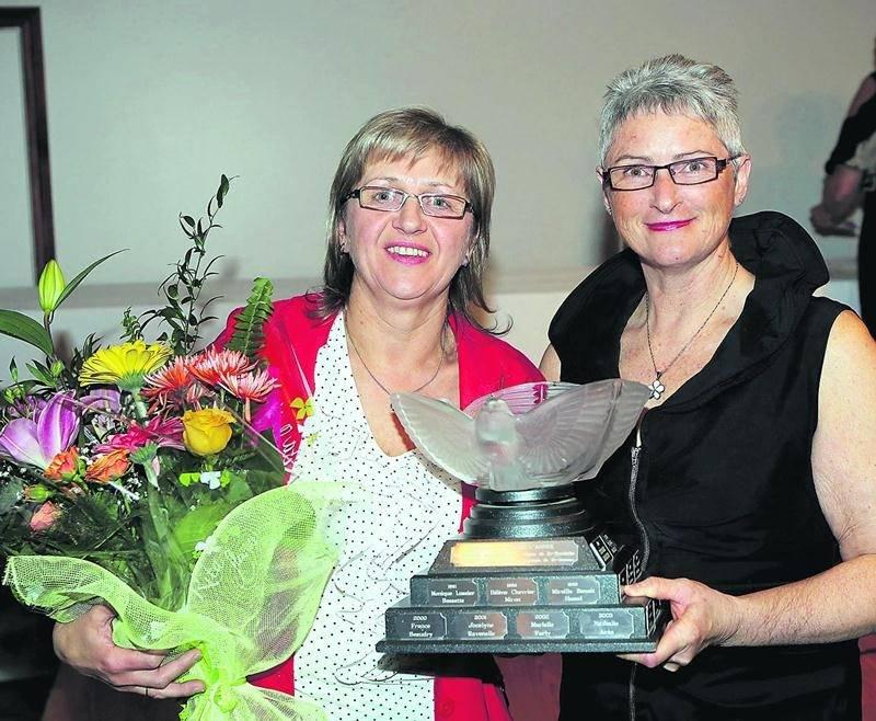 Pascale Maziers (à gauche) a remporté le trophée d'agricultrice de l'année à l'échelle régionale. La gagnante pose en compagnie de Jeannine Messier, présidente de la section Montérégie-Est à la Fédération des agricultrices du Québec. Photo Robert Gosselin | Le Courrier ©
