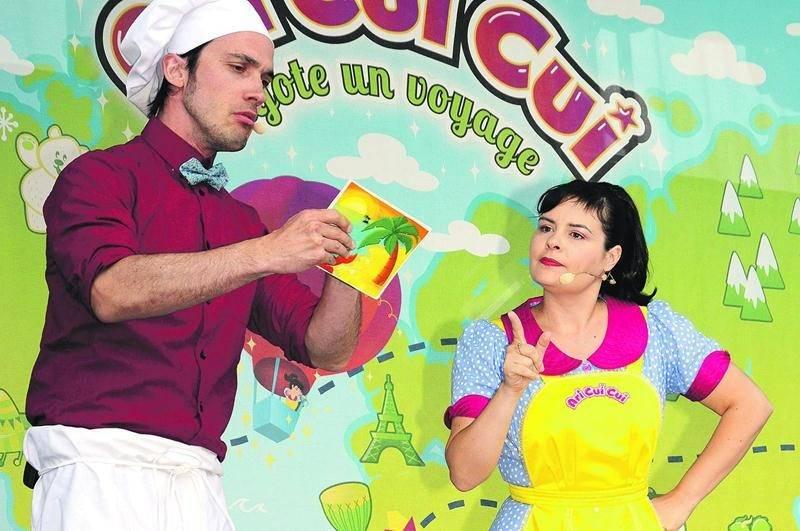 Ari Cui Cui (Ariane Gauthier) en compagnie de son ami le boulanger joyeux (Jean-François Poulin) qui n'est pas capable de lire la carte postale de son cousin le voyageur.  Photo François Larivière | Le Courrier ©