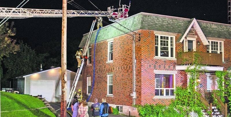 Les pompiers ont mis près de deux heures afin de maîtriser les flammes qui faisaient rage dans l'immeuble à logements de l'avenue de la Concorde Sud. Photo Courtoisie zone911
