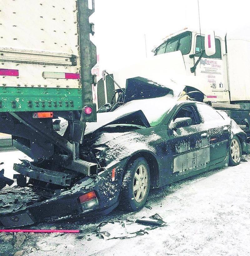 Malgré les apparences dramatiques de cette photo, les deux occupants de la voiture n'auraient pas subi de blessures graves selon la SQ. Photo Bruno Beauregard