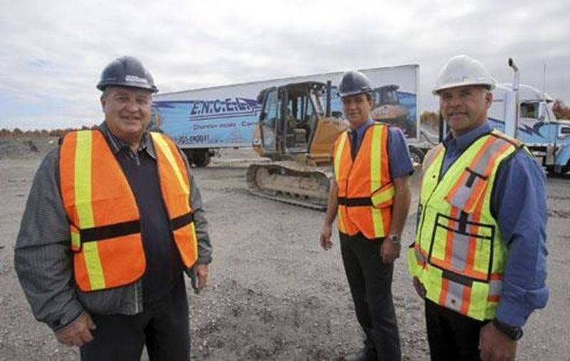 Roger Daudelin, vice-président exécutif des Carrières Saint-Dominique, en compagnie du directeur général de ENCEL, Carl Gaulin, et de Robert Taylor, un des formateurs.