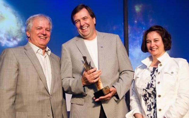 Le directeur général de la Ville de Saint-Hyacinthe, Louis Bilodeau, a reçu le prix Mérite 2011 de la Corporation des officiers municipaux agréés du Québec (COMAQ), le 3 juin. La récompense atteste de son parcours et de son engagement exceptionnels au sein de la Corporation dont il est membre depuis près de 25 ans. M. Bilodeau en a même été le vice-président en 2007 et 2008. Le Mérite COMAQ est décerné chaque année, depuis 25 ans, à un membre s'étant distingué au sein de la Corporation et tout a