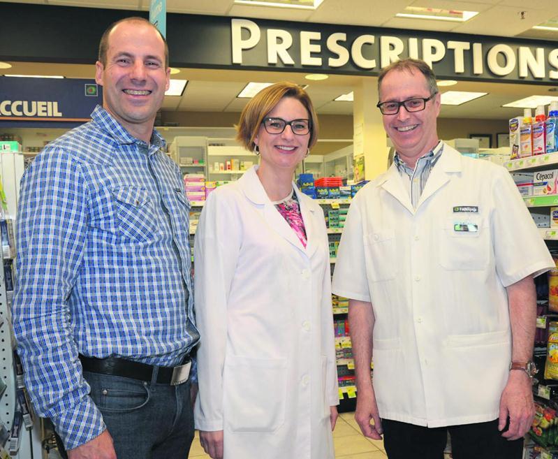 Le pharmacien maskoutain Guy Ravenelle (à droite) a vendu ses quatre établissements à la pharmacienne Catherine Lamarre et à son conjoint Patrice Derochette.  Photo François Larivière | Le Courrier ©