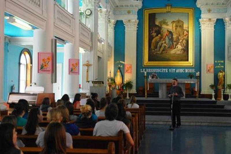 Les élèves en enseignement religieux de troisième année du Collège Saint-Maurice ont eu droit à une tournée enrichissante du patrimoine catholique du centre-ville de Saint-Hyacinthe. Fin mai, elles ont visité l'Hôtel-Dieu (Sœurs de la Charité), rencontré les sœurs de Saint-Joseph (Centre Élizabeth-Bergeron) et les Adoratrices du Précieux-Sang dans leur monastère. Elles ont complété le tout par une visite éclair à l'église Notre-Dame-du-Rosaire et à la Cathédrale. Cette excursion a permis de fair