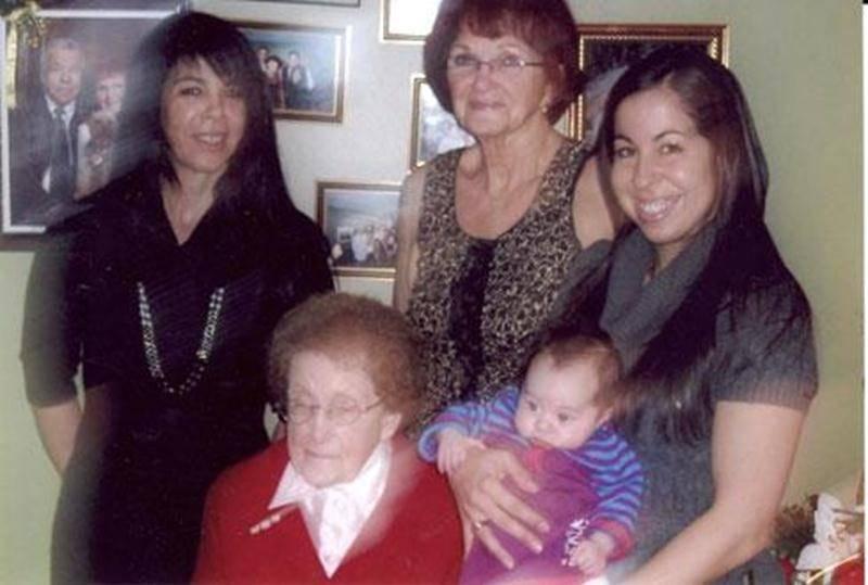 Cette photo regroupe cinq générations. À l'avant, l'arrière-arrière-grand-mère Rachel Benoit Meunier; à l'arrière, de gauche à droite, France Beaudry, grand-mère; Lyse Meunier Beaudry, arrière-grand-mère; Stéphanie Zullo et la petite Alexie Buswell.
