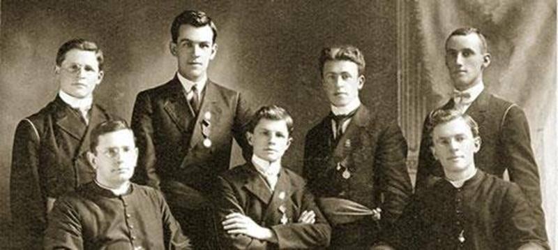 Membres du Cercle (ou Académie) Girouard en 1909-1910 au Séminaire de Saint-Hyacinthe. De gauche à droite: Philippe Auger, Gaston Ringuet, Eugène Poirier, Louis-Joseph Chagnon et Rosario Brodeur, accompagnés des abbés Fabien-Zoël Decelles et Émile Chartier.