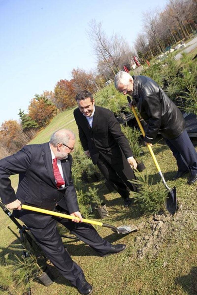 Sur la photo, dans l'ordre habituel, le ministre de l'Environnement, Pierre Arcand; le président de ZEROCO2, Sébastien Léonard et le maire Claude Bernier.