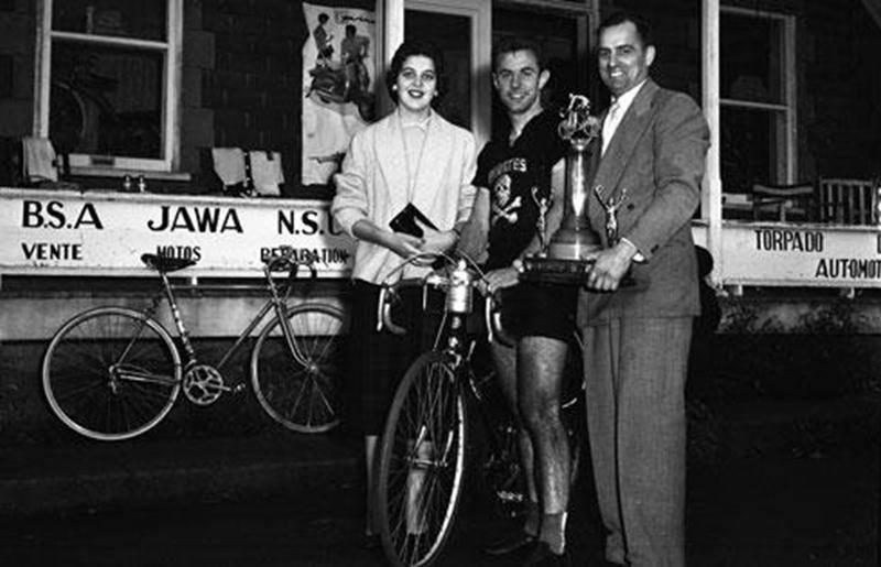 Paul Picard, à droite, grande vedette de la cuvée 1954 du Panthéon des sports. Archives Centre d'histoire de Saint-Hyacinthe.