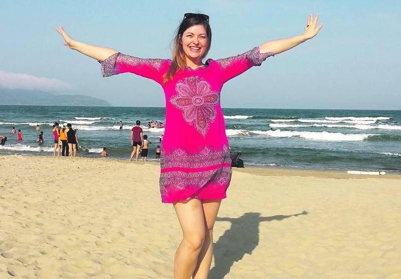 La Maskoutaine et soprano Isabelle Nicolas sur les plages magnifiques de Da Nang, au Vietnam.  Photo courtoisie