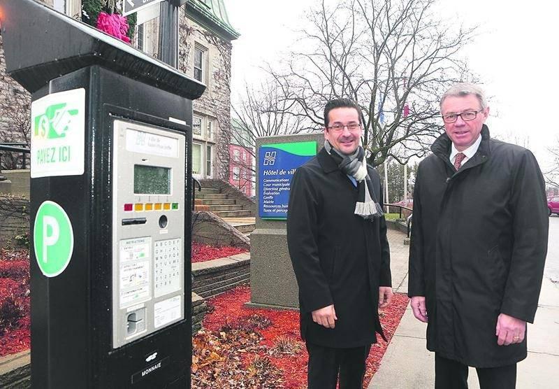 Le maire de Saint-Hyacinthe, Claude Corbeil, était accompagné de Simon Cusson, de la SDC du centre-ville, pour son annonce sur la gratuité du stationnement. Photo Robert Gosselin | Le Courrier ©