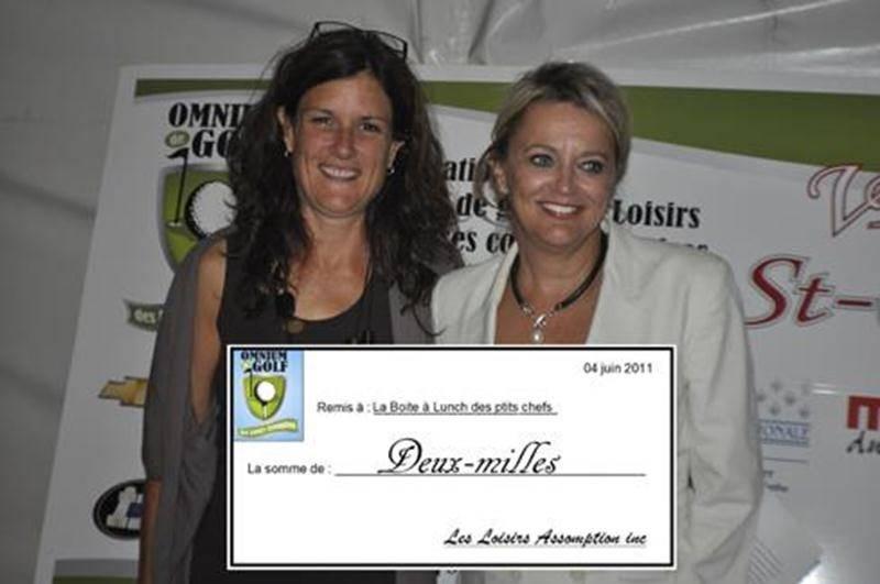 Nathalie Laberge, présidente d'honneur de l'événement (à gauche), remet le chèque à Nancy Greenland, présidente de l'organisme « La Boîte à lunch des petits chefs ».