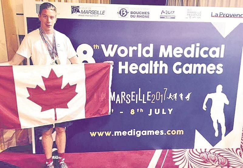 Julien Pinsonneault bien décoré au terme des Jeux mondiaux de la Médecine et de la santé où il représentait le Canada. Photo Courtoisie
