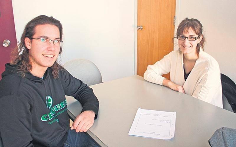 Alexandre Nault, étudiant de troisième année du programme de technologie des productions animales à l'ITA, en est à sa deuxième rencontre avec Camille Guillot, tutrice en sciences et étudiante à la Faculté de médecine vétérinaire.