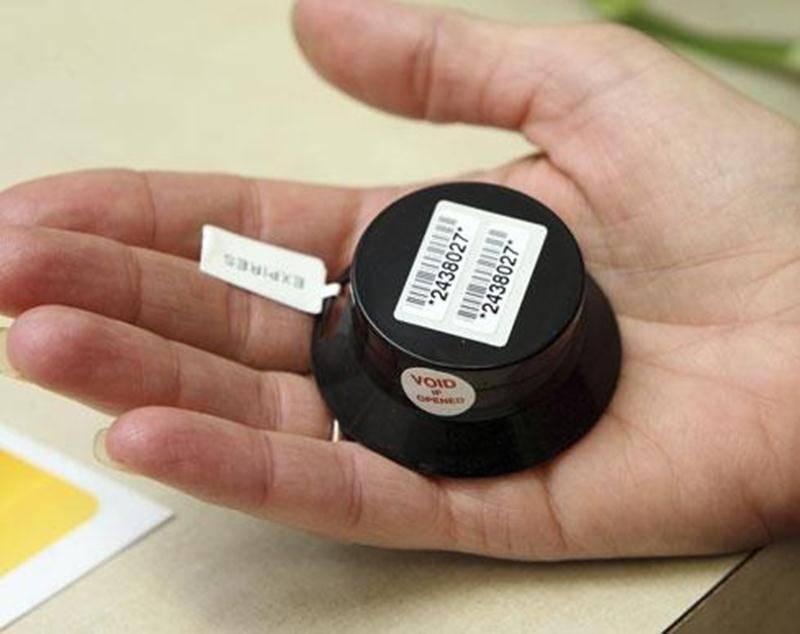 Le dosimètre est un petit appareil qui permet de calculer la concentration de radon dans l'air ambiant. À la CSSH, le seuil autorisé par Santé Canada n'est pas excédé.