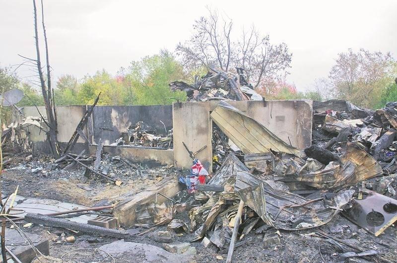 Autant la résidence inhabitée (sur la photo) que le bâtiment agricole désaffecté ont été réduits en cendres. Photo courtoisie