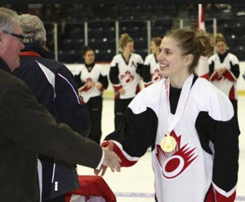 Émilie P. Bélanger, de Saint-Liboire, est revenue du Championnat du monde junior de ringuette avec une médaille d'or au cou alors qu'elle s'est alignée avec Équipe Canada Est.