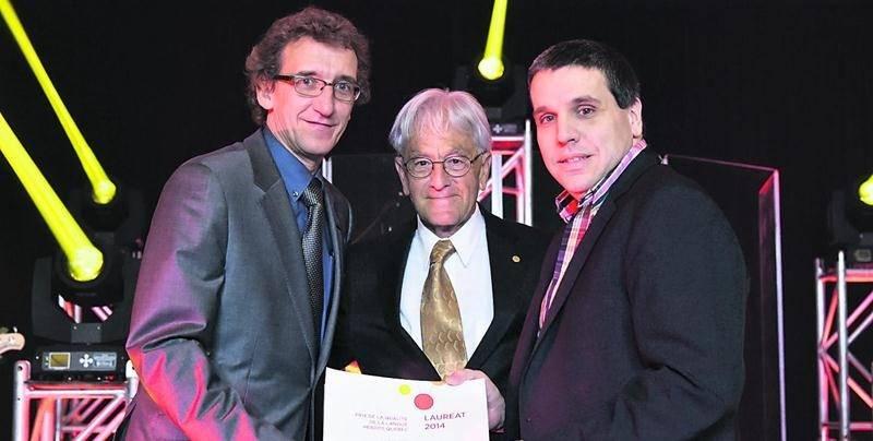 Le Courrier a remporté une dizaine de prix dont le Grand Prix récompensant la qualité du français. On reconnaît le directeur de la publicité Guillaume Bédard et le rédacteur en chef Martin Bourassa, en compagnie de René Roseberry, président du jury.