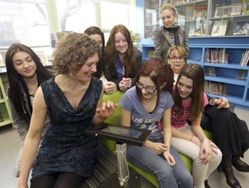 Les élèves de l'école Bois-Joli-Sacré-Coeur pourront découvrir les livres numériques grâce à leurs nouvelles tablettes électroniques.