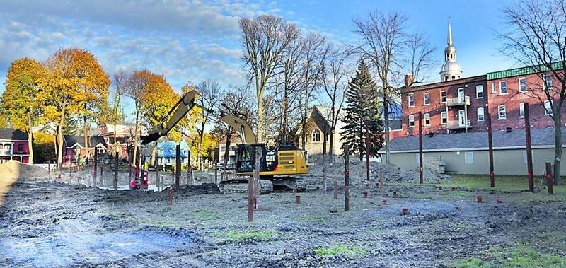 Les travaux de construction d'un immeuble résidentiel sont en cours à l'arrière de l'ancien couvent des Pères Dominicains.  Photo Robert Gosselin | Le Courrier ©