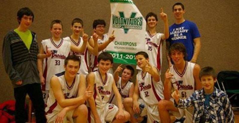 L'équipe masculine de basketball de l'école secondaire Saint-Joseph (classe benjamin) a remporté un tournoi organisé par le Cégep de Sherbrooke, le dimanche 15 janvier. L'équipe dirigée par Maxime L'Italien a remporté ses quatre matchs, dont la finale au compte de 40-32 contre Sherbrooke Le Triolet. Il s'agit d'un troisième triomphe en peu de temps pour les équipes de basketball de l'ESSJ, l'équipe féminine ayant enlevé les honneurs de deux tournois jusqu'à présent.