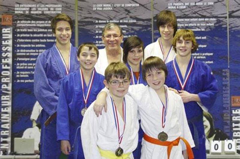 Les athlètes du Club de judo de Saint-Hyacinthe ont foulé le tatami lors de la coupe Gadbois, les 21 et 22 janvier, à Montréal. Cette fin de semaine sert de préparation à la Coupe du Québec, qui elle, est une sélection pour les championnats canadiens. Sur la photo, quelques-uns des médaillés maskoutains, accompagnés de leur entraîneur, Louis Graveline. Première rangée : Maxime Roger (argent en U13) et Émile Guertin Picard (or en U11). Deuxième rangée : Marc-Antoine Morin (or en U17), Sandrine Fo