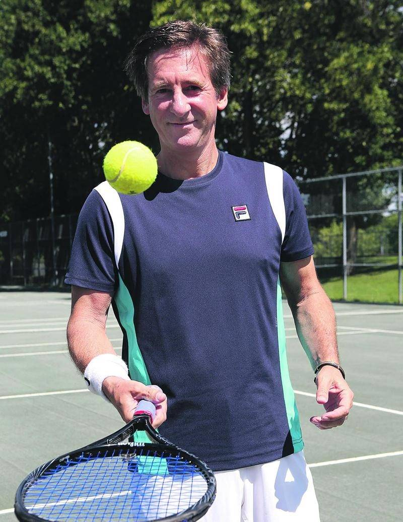Denis Dumas a obtenu son meilleur classement à vie au sein de l'ITF en juin, intégrant pour la première fois le top 10 mondial chez les 50 ans et plus. Photo Robert Gosselin | Le Courrier ©