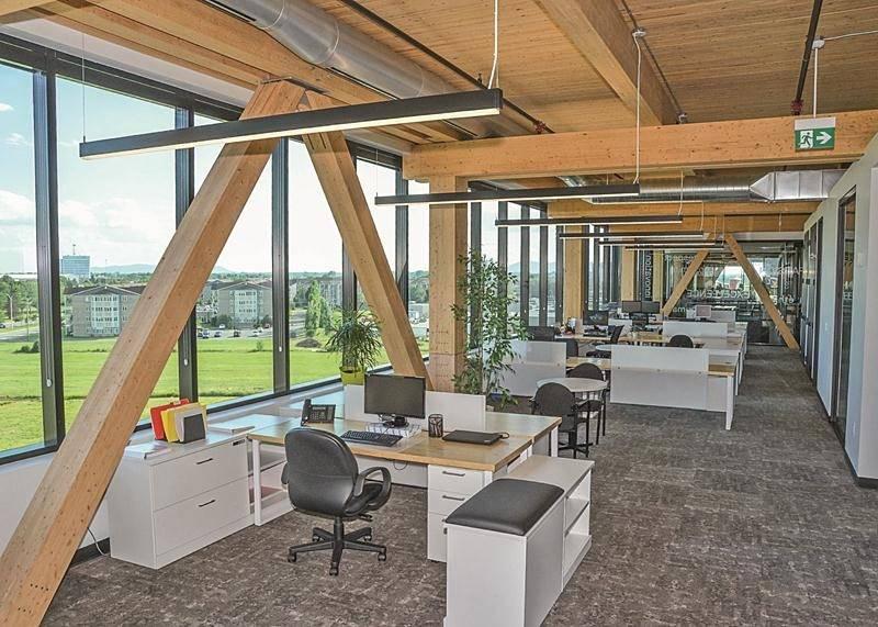 De volumineuses poutres sont apparentes sur l'ensemble des étages de l'édifice. Sur la photo, le siège social du Groupe Robin.