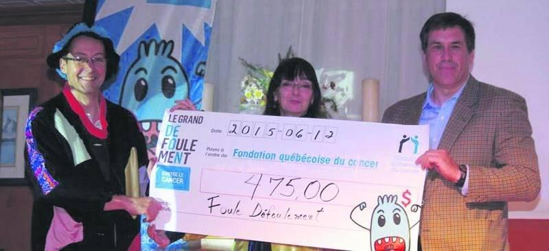 Les profits, au montant de 475 $ sont entièrement versés à la Fondation québécoise du cancer, représentée pour l'occasion par Richard Tétreault. Photo Dominique St-Pierre