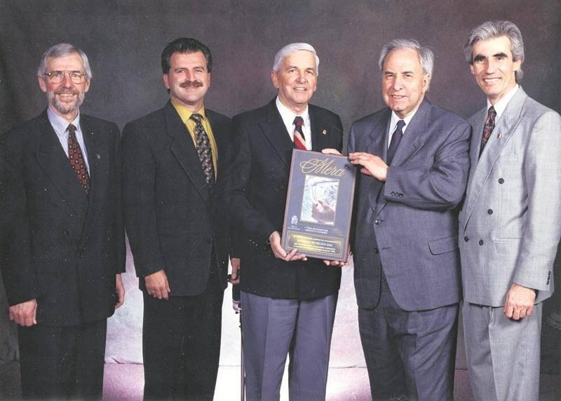 Cette photo a été prise en 1998 alors que la Ville de Saint-Hyacinthe a remis une plaque pour remercier la paroisse du Précieux-Sang d'avoir organisé le sous-sol de l'église La Providence en refuge pour sinistrés lors de la crise du verglas.  Photo Centre d'histoire de Saint-Hyacinthe