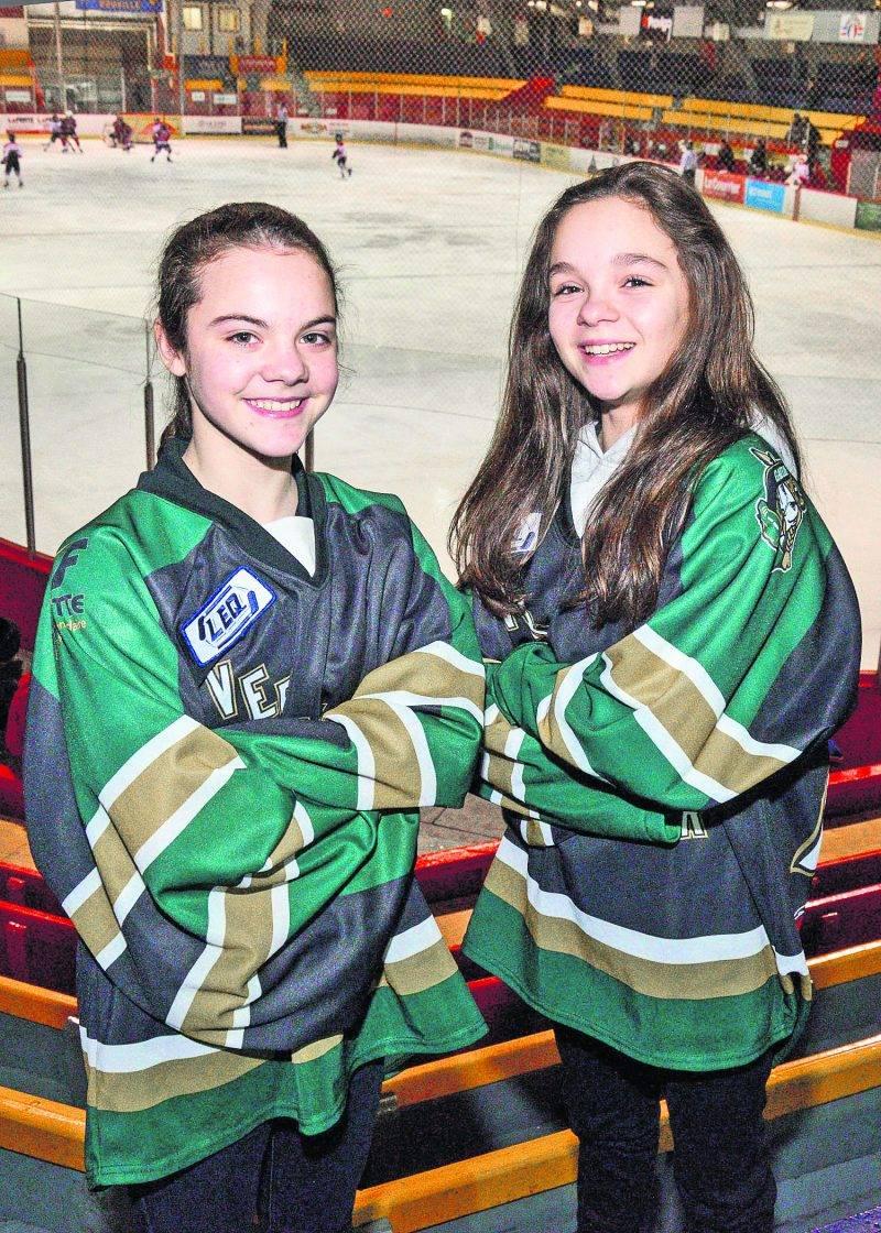 Lori-Ève Gendron et Éloïse Caron, toutes deux du Vert et Noir de l'École Fadette pee-wee AAA, ont été sélectionnées avec l'Équipe Québec féminine en vue du Tournoi international de hockey pee-wee de Québec. Photo François Larivière | Le Courrier ©