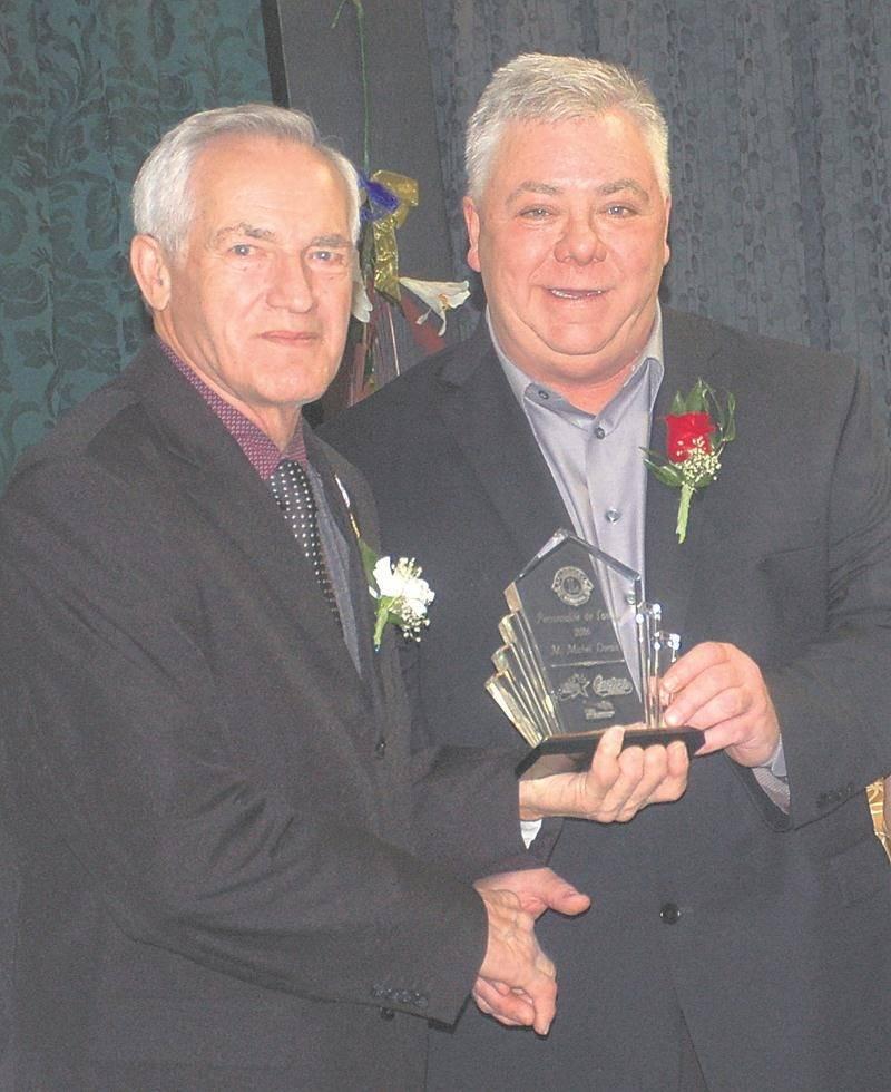 Michel Dorais reçoit son prix des mains d'Yvon Nadeau, président des Lions d'Acton Vale.