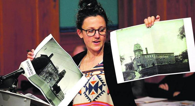 Photos à l'appui, Marie-France Daigneault Bouchard a multiplié les arguments en faveur de la restauration de la E.T. Corset. Photo Robert Gosselin | Le Courrier ©