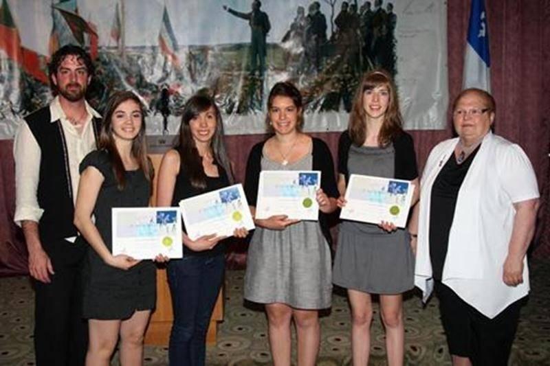 Le 23 mai, quatre élèves du Collège Saint-Maurice ont reçu un certificat lors du gala Mérite en histoire de la Société Saint-Jean-Baptiste Richelieu / Yamaska. Elles ont mérité cette reconnaissance grâce à leur note parfaite de 100 % à l'examen d'histoire de 4<sup>e</sup> secondaire du ministère (MELS). Il s'agit de Marie Guillemette, Éliane Demers-L'Hérault, Andrée-Ann Sirard et Annabelle Chabot. Marie a également remporté une bourse de 100 $ qui était tirée au hasard parmi les récipiendaires.